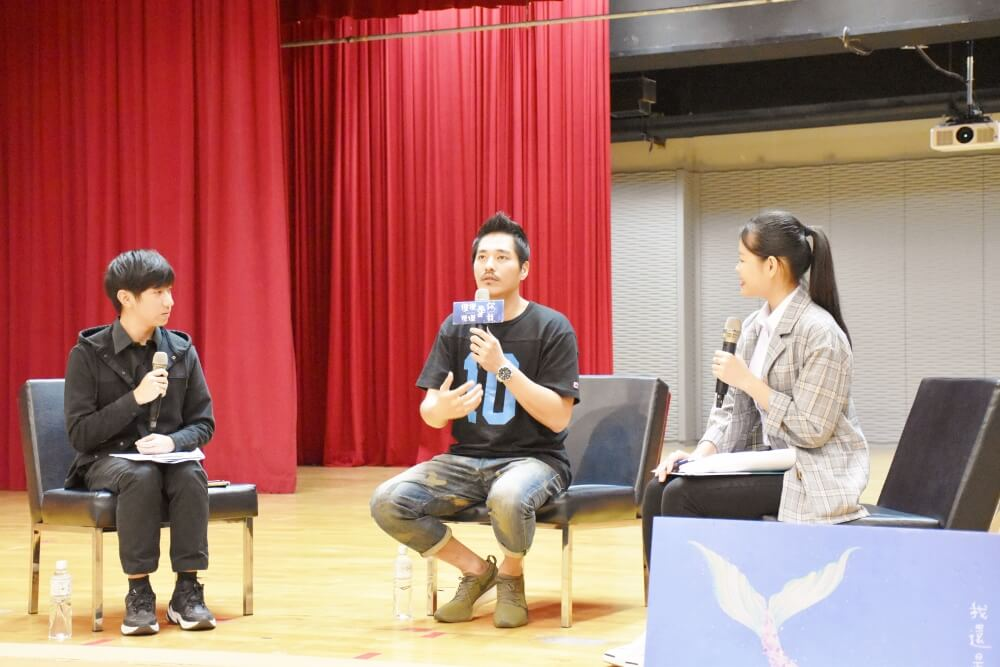 1-1.Lan Cheng-lung, who directs A Fool In LOVE ,Love Like A Fool, was sharing the filming experiences with the host.