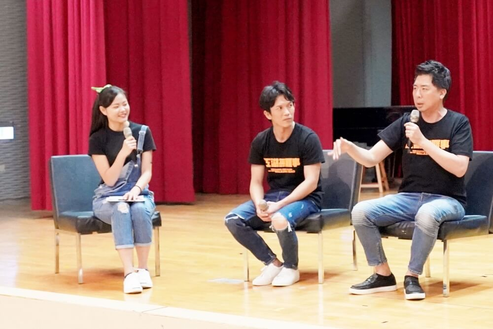 1-2.Vincent Liang and Shang-Ho Huang sharing the experience during the filming with the host.