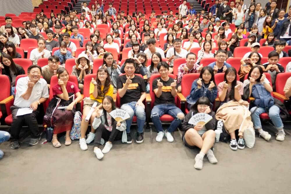 1-3.Vincent Liang and Shang-Ho Huang , who plays in the film The Gangs,the Oscars,and the Walking Dead, took the group photo with AU students.